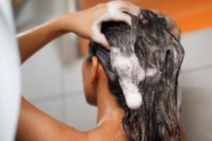 Девушка моет волосы