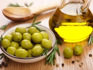 Оливки на столе