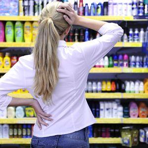 Девушка выбирает шампунь