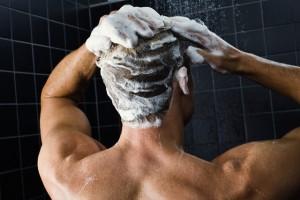 Мужчина моет волосы