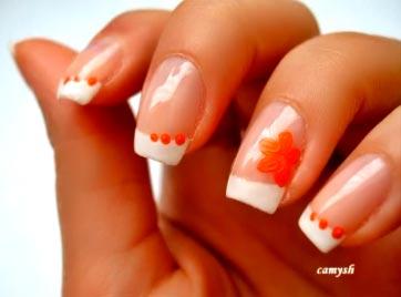 френч с оранжевыми цветами