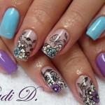 Маникюр с лиловыми цветами