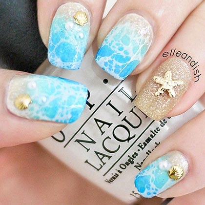 голубые ногти