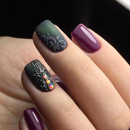 матовые ногти со стразами